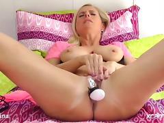 Milf PornStar DirtyTina fucks her pussy