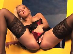 Extravagant blonde doesn't need a pulsating cock to have some fun!