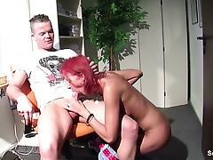 Rothaarige Friseurin fickt Kunden im Salon fuer Trinkgeld