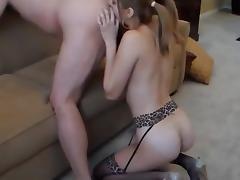 elle lui leche le cul