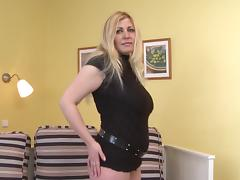 Stacked MILF loves squeezing her tits and pleasuring her twat