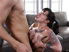 Flamboyant hottie called Dollie Darko wants to get dicked on the bed!