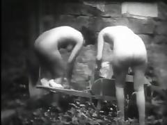 Deux petites bonnes qui manquent de rechanges (1930s)
