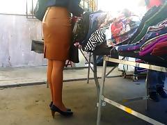 Madura falda cuero prieta