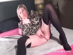 Blondie fucks her mature twat with dildo porn video