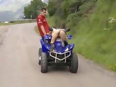 Chupandole la polla mientras conduce un kart