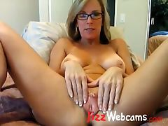 Milf Spreads Large Pussy Lips On Webcam porn video