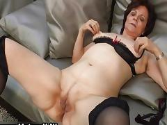 Mature housewife in sexy stockings porn video