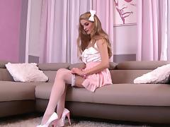 Skinny blonde Cayenne Klein fucks her snatch