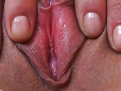 Amateur Rubbing her Clit in Close-Up porn video