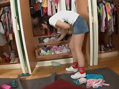 Sexy hotty doing avid oral stimulation in dressing room