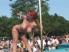 Curvy redhead milf demonstrates her nude body in public