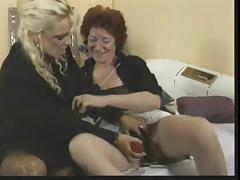 Mature women use toy & strapon